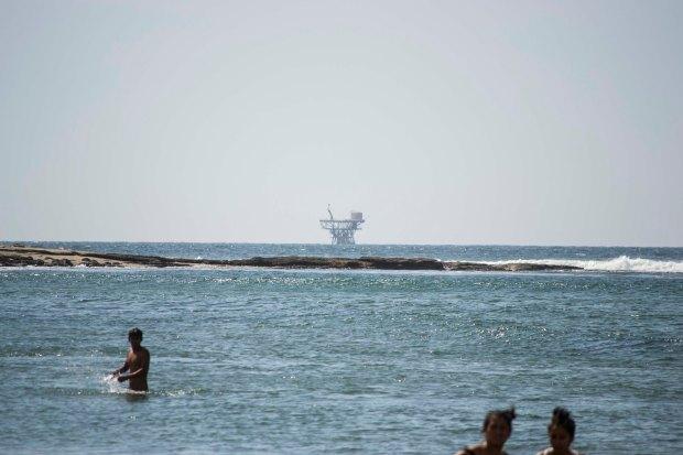 Foto: A lo lejos se puede observar una plataforma petrolera.